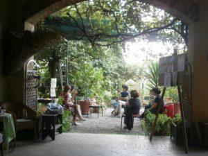 Un incontro del gruppo Feldenkrais nel verde del giardino